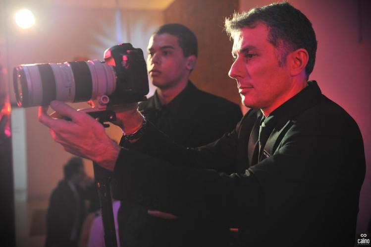 Calino tirando foto do lustre